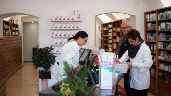 Das Team der Salvator-Apotheke unterstützt seine Kunden bei der Beratung