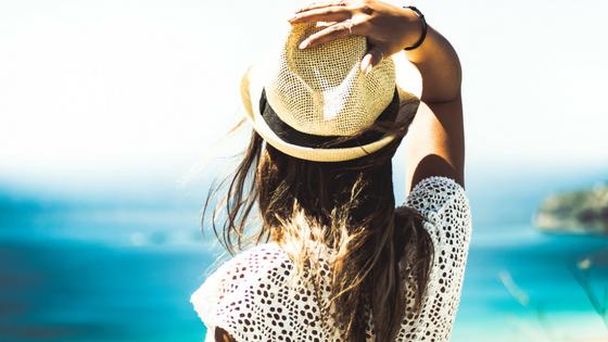 Leichte Bekleidung und ein Hut schützen vor zu viel Sonne